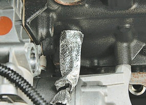 Замена датчика сигнальной лампы аварийного падения давления масла Опель Астра Н