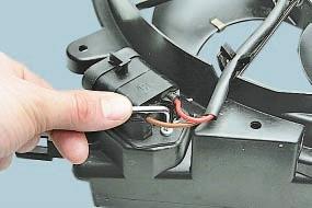 Замена дополнительного сопротивления вентилятора радиатора системы охлаждения двигателя Опель Астра Н