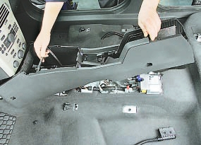 Замена выключателя контрольной лампы включения стояночного тормоза Опель Астра Н