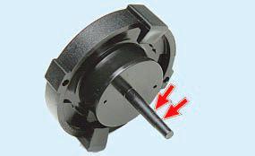 Проверка уровня и доливка рабочей жидкости в бачок электрогидроусилителя рулевого управления Опель Астра Н