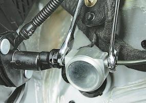 Замена главного цилиндра привода выключения сцепления Опель Астра Н