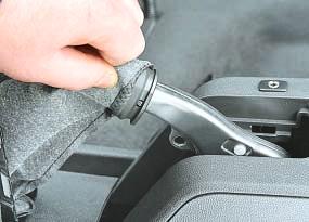 Замена переднего троса привода стояночного тормоза Опель Астра Н