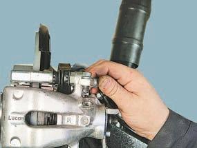 Замена суппорта тормозного механизма заднего колеса в сборе с направляющей колодок Опель Астра Н