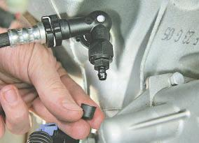 Замена тормозной жидкости в гидроприводах тормозов и выключения сцепления Опель Астра Н