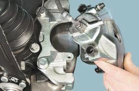 Замена тормозных колодок тормозных механизмов передних колес Опель Астра Н